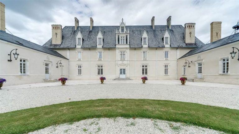 18TH CENTURY CASTLE IN THE HEART OF THE LOIRE VALLEY, FRANCE